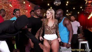 BBC Slut Candice Dare Überlebende Interracial Gangbang in einer Bar